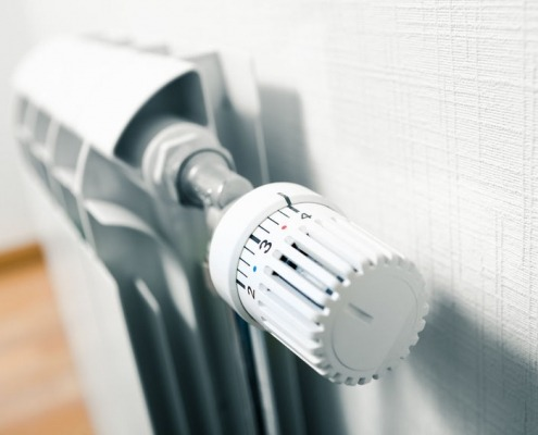 Valvola di testa termostatica per termosifone. Concetto di risparmio energetico e conservazione.